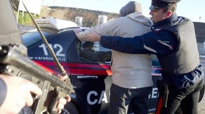 Vuole i soldi della droga, aggredisce e minaccia di morte la sorella: i carabinieri arrestano un 36enne a Ercolano