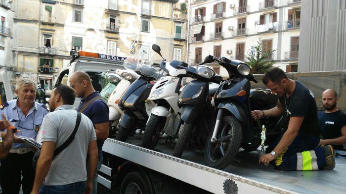 """A Napoli caccia agli scooter dei clan, controlli in città, Comune """"recupera"""" deposito stoccaggio"""