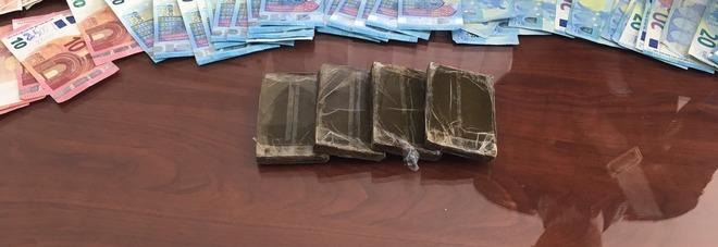 Fermato a posto di blocco: trovata droga e 2.400 euro nell'auto