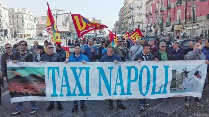 Taxi stop a Napoli, centinaia in corteo: adesione massiccia a protesta nazionale, parcheggi deserti