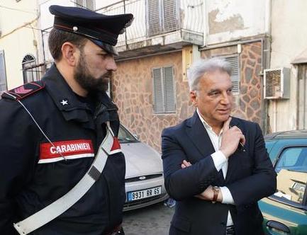 """LO SFRATTO AI CARABINIERI Don Ciccio d'Ascoli a Sant'Anastasia tuona dall'altare: """"Vadano via i politici"""""""