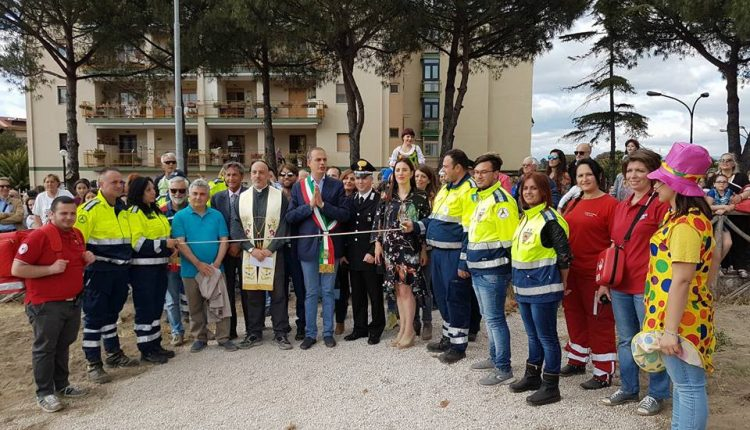 Finalmente al Parco Europa di Pollena Trocchia un'area ludica e ricreativa attrezzata: il sindaco Pinto  e don Sabatino Perna al taglio del nastro