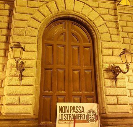 A San Giorgio a Cremano, striscione di Casa Pound contro i migranti sul portone del Municipio: dura la condanna del Sindaco Giorgio Zinno