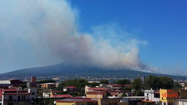 Vasto incendio sul Vesuvio: fiamme visibili da tutto il Golfo di Napoli