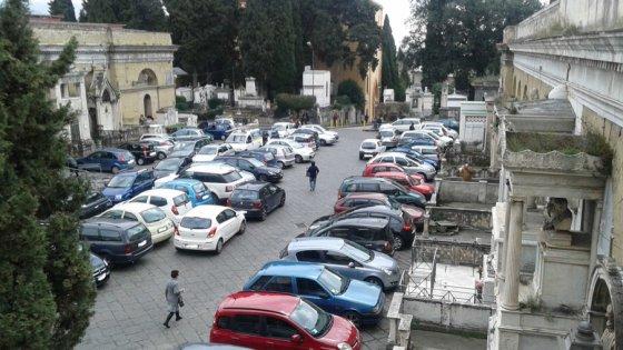 Poggioreale. report sul cimitero: auto e scooter selvaggi.