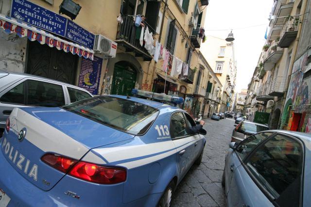 Furti in casa con un palo di ferro: arrestati due topi d'appartamento a Napoli, è caccia ai complici
