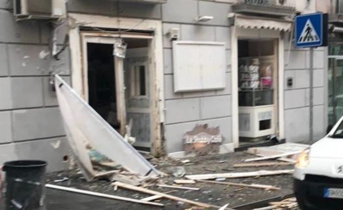 Scoppia ordigno davanti a un bar al centro di Napoli