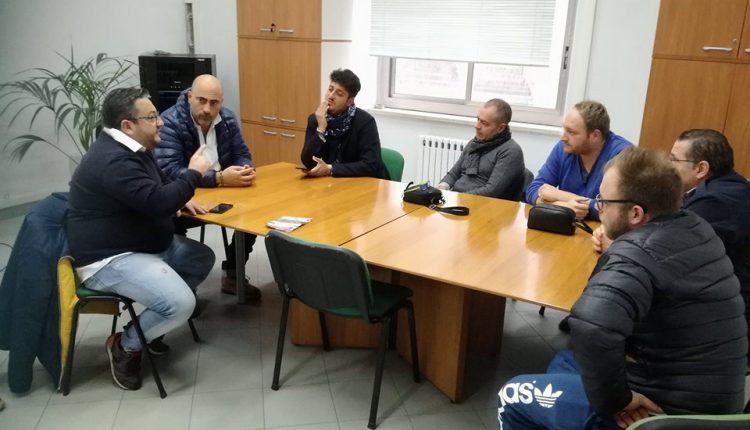 """(VIDEO) Portici – """"Il mercatino regionale che non c'è"""". I commercianti del Borgo Antico, in protesta, occupano l'Ufficio Commercio, prima di trovare """"l'accordo"""" col vicesindaco Farroni"""
