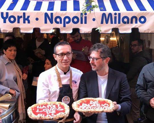 """Pizze a portafoglio gratis e due pizze speciali """"Napoli Loves De Blasio"""" e De Blasio President"""". Così Napoli ha festeggiato la rielezione di Bill De Blasio a sindaco di New York."""