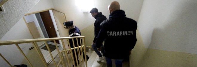 Napoli, nasconde la droga in un anfratto ricavato nel muro: arrestato 18enne