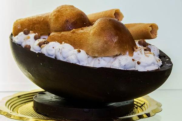 """Ecco N'Ovo"""", l'uovo di Pasqua farcito con una golosa mousse in cui è immerso il classico babà targato Vincenzo Ferrieri"""