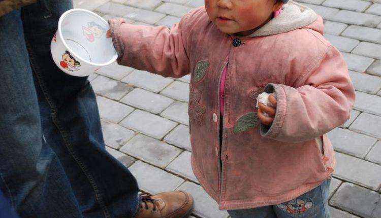 Elemosina davanti al discount con la figlia di 9 anni: papà denunciato nel Napoletano