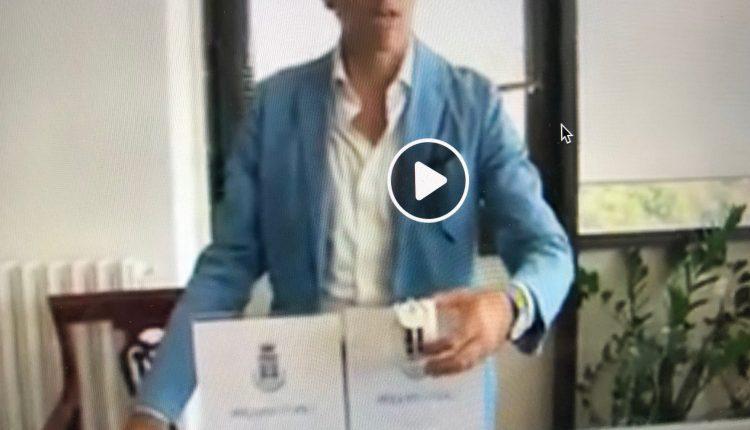Orologi con logo del Comune di Portici in vendita per finanziare il percorso di studi a giovani in difficoltà: l'ultima trovata del sindaco Enzo Cuomo