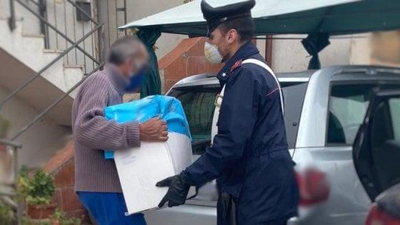 """Emergenza Coronavirus, sos ai Carabinieri: """"Non abbiamo da mangiare"""", i militari gli pagano la spesa"""