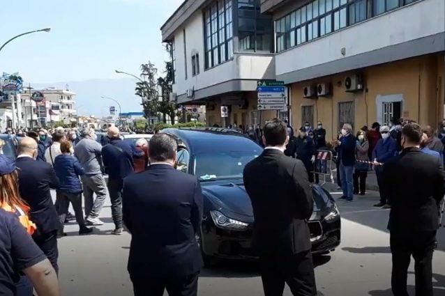 Folla e assembramenti per l'ultimo saluto a Carmine Sommese medico morto in trincea per combattere il Coronavirus