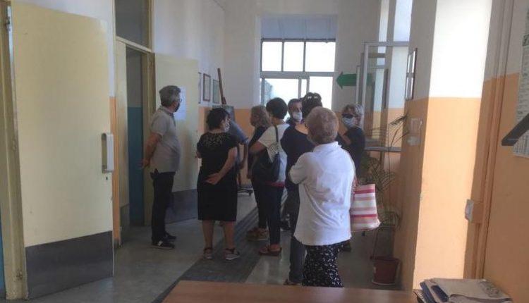 """A Sant'Anastasia, fuori i """"senza diritti"""": mamme e studenti bloccano  i lavori iniziati nel Centro  """"Siani"""" per trasformare la sede in aule scolastiche: scattano le denunce"""