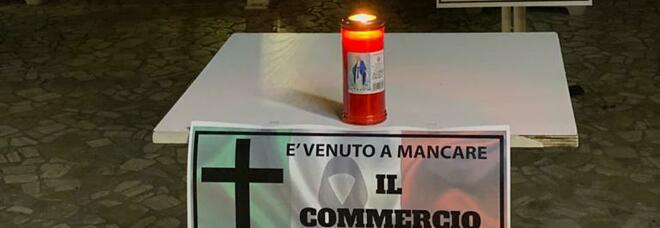 Lumini e manifesti a lutto: la protesta di un pasticciere di Somma Vesuviana