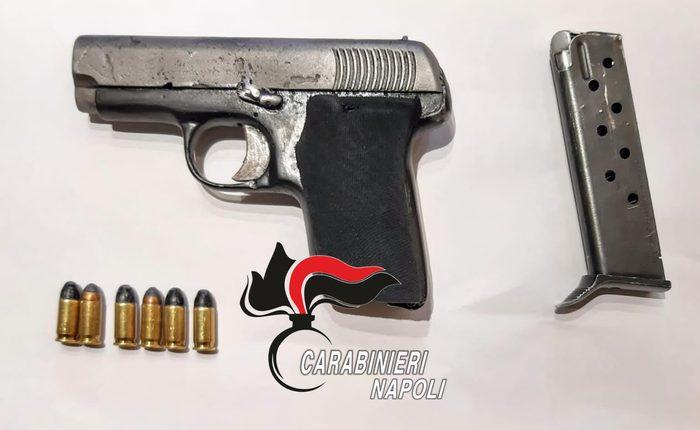 A Somma Vesuviana abbandonano pistola clandestina e fuggono, i carabinieri arrestano 2 minori e denunciano un 19enne