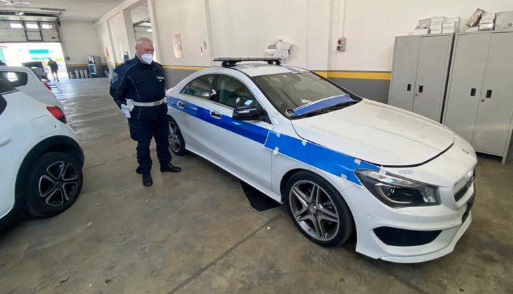 """ECCO LA """"TAMAR CAR"""" – A Pomigliano d'Arco, la Mercedes confiscata al camorrista assegnata alla polizia municipale. Il comandante Maiello: """"Un segnale forte di legalità"""""""