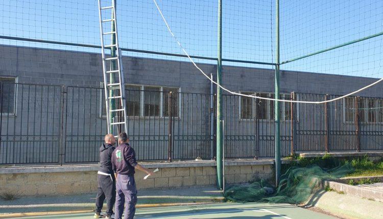 A Napoli Est, nel quartiere Barra i cittadini aggiustano i cavi elettrici pensoloni