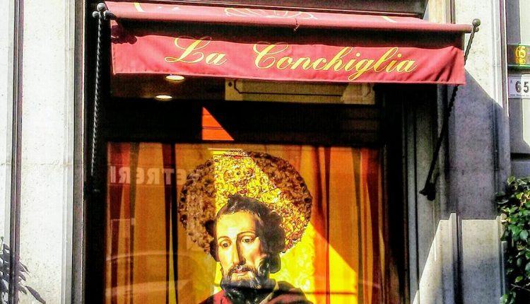 Sulle vetrine dello storico bar porticese la Conchiglia campeggia San Ciro