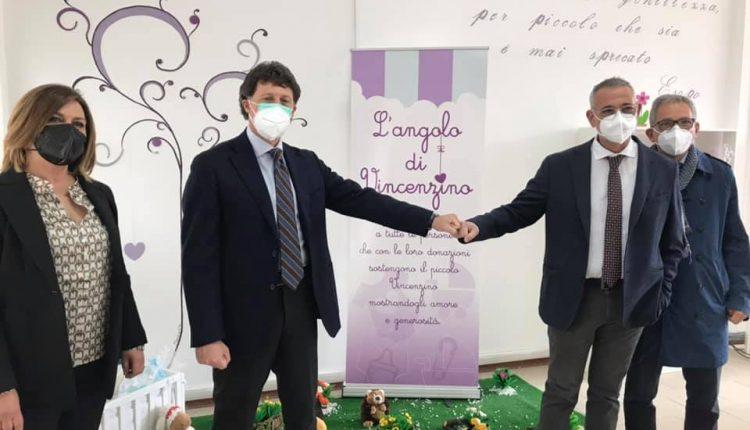 FORZA VINCENZINO – Il Bimbo ustionato a Portici, continua a migliorare e in città l'amministrazione istituisce uno spazio dedicato a chi voglia fargli un dono. Al taglio del nastro anche il primario del Santobono