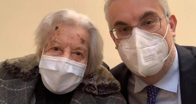 """A San Giorgio a Cremano, la nonna del sindaco Zinno vaccinata a 105 anni: """"Giovani non perdete la speranza"""""""