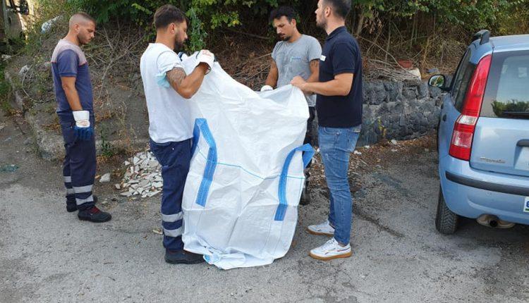 A Pollena Trocchia tra i rifiuti trovata anche una statua, forse trafugata. L'intervento dei volontari coordinati dall'assessore Arturo Cianniello